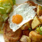 Schnitzel mit Ei, Pommes und Beilagensalat